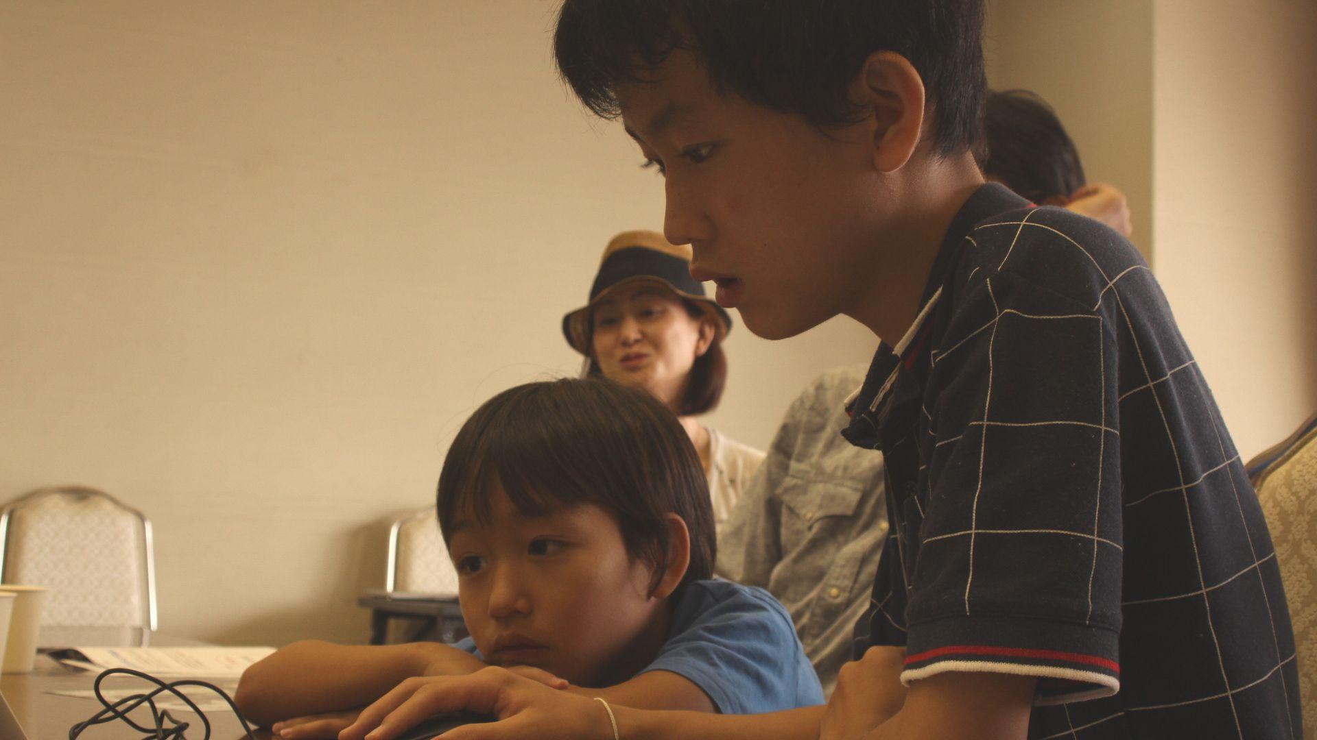 体験会に参加した子どもがパソコンに向かっている様子