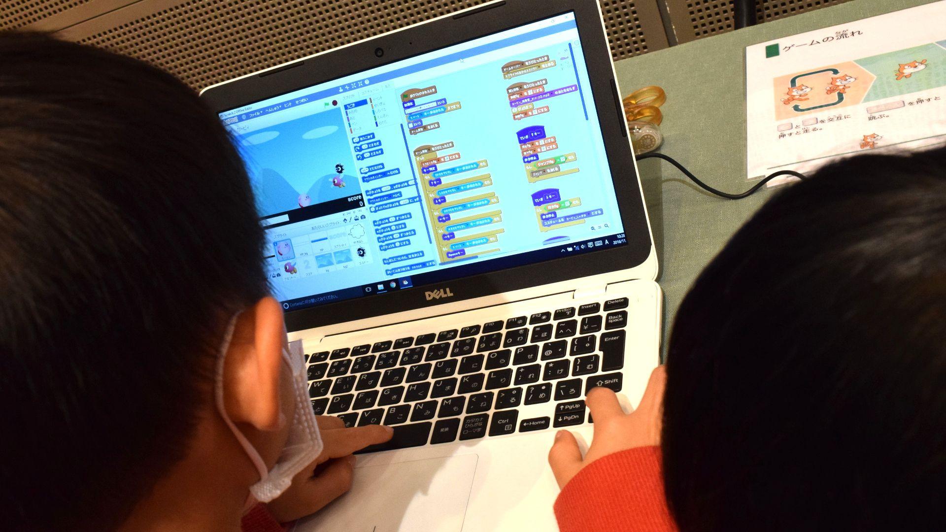 ママフェスタでゲームを作る男の子