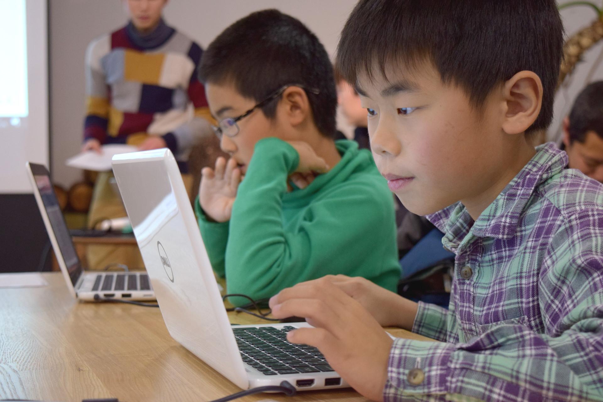 集中してプログラミングを体験する子ども達